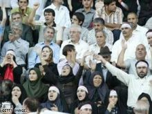 ماكين ينكت بقتل الايرانيين بالسجائر واحتجاج ايراني