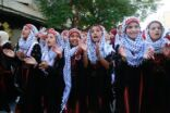 فلسطينيون يتجولون في شوارع غزة مرتدين الزي الفلسطيني التقليدي