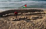 فنان فلسطيني جريح يبدي تضامنه مع الصين عبر النحت على رمال بحر غزة