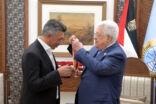 """الرئيس الفلسطيني محمود عباس يقلد """"صوت الأردن"""" عمر العبداللات """"وسام الثقافة والعلوم والفنون"""" """"مستوى التألق"""""""